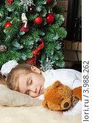 Купить «Девочка спит около новогодней елки», фото № 3988262, снято 4 ноября 2012 г. (c) Оксана Гильман / Фотобанк Лори