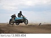 Купить «Ретро мотокросс - гонщики на мотоцикле Урал с коляской в воздухе, ретро класс Региональный мотокросс чемпионат 6 мая 2012 года в Самаре, Россия», фото № 3989454, снято 6 мая 2012 г. (c) Валерий Краснов / Фотобанк Лори