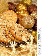 Рождественские сладости - разное печенье и золотые шары. Стоковое фото, фотограф ElenArt / Фотобанк Лори