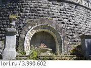 """Табличка """"Входа нет"""" у каменной стены, Абхазия (2012 год). Стоковое фото, фотограф konstantin tatonkin / Фотобанк Лори"""