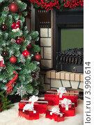 Купить «Новогодний интерьер. Подарочные коробки на фоне украшенной елки и камина», фото № 3990614, снято 4 ноября 2012 г. (c) Оксана Гильман / Фотобанк Лори