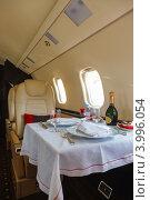 Сервировка стола в частном самолете. Стоковое фото, фотограф Mikhail Starodubov / Фотобанк Лори