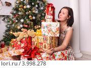 Девушка с подарками на Новый год и рождество у елки (2011 год). Редакционное фото, фотограф Вероника Горбова / Фотобанк Лори