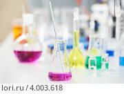 Купить «Химические колбы с жидкостями в лаборатории», фото № 4003618, снято 27 сентября 2012 г. (c) Дмитрий Калиновский / Фотобанк Лори