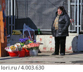 Купить «Торговля живыми цветами на улице Воздвиженка, Москва», эксклюзивное фото № 4003630, снято 2 апреля 2012 г. (c) lana1501 / Фотобанк Лори