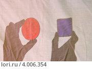 Цветные тени, руки держат цветные стекляшки. Стоковое фото, фотограф Влад ЩЧ / Фотобанк Лори