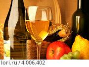 Композиция с бокалом белого вина, корзиной, лимоном, яблоком и виноградом (2012 год). Редакционное фото, фотограф Виктор Топорков / Фотобанк Лори