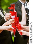 Купить «Яркие бокалы в руках гостей на свадьбе», фото № 4007270, снято 13 июля 2012 г. (c) Ольга Денисова / Фотобанк Лори