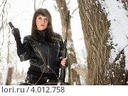 Привлекательная брюнетка с пистолетом и снайперской винтовкой в зимнем лесу, фото № 4012758, снято 25 января 2011 г. (c) Сергей Сухоруков / Фотобанк Лори