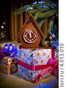 Купить «Новогодний натюрморт и подарками и часам под елочкой», фото № 4013010, снято 11 ноября 2012 г. (c) Ольга Денисова / Фотобанк Лори