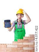 Купить «Обалдевший строитель показывает калькулятор с цифрами», фото № 4017422, снято 19 июня 2012 г. (c) Elnur / Фотобанк Лори