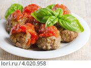 Купить «Фрикадельки с базиликом на тарелке», фото № 4020958, снято 12 июня 2012 г. (c) Tatjana Baibakova / Фотобанк Лори
