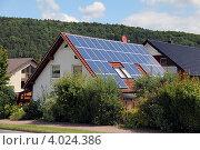 Дом с солнечными панелями на крыше. Стоковое фото, фотограф Felix Bensman / Фотобанк Лори