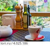 Утреннее капучино в кафе (2012 год). Редакционное фото, фотограф Наталья Райхель / Фотобанк Лори