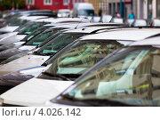 Купить «Стоящие в ряд автомобили на улице», фото № 4026142, снято 21 мая 2011 г. (c) Анастасия Золотницкая / Фотобанк Лори