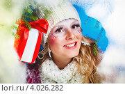 Купить «Улыбающаяся женщина в зимней одежде с подарками», фото № 4026282, снято 25 декабря 2011 г. (c) Podvysotskiy Roman / Фотобанк Лори