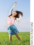 Купить «Радостная девушка стоит посреди поля в солнечный летний день», фото № 4027642, снято 7 мая 2011 г. (c) Сергей Сухоруков / Фотобанк Лори