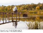 Купить «Рыбак ловит рыбу», эксклюзивное фото № 4028662, снято 2 октября 2012 г. (c) Игорь Низов / Фотобанк Лори