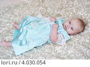 Портрет малышки в голубом платье на покрывале. Стоковое фото, фотограф Sasha Snegireva / Фотобанк Лори