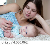 Маленькая девочка лежит с мамой на диване. Стоковое фото, фотограф Sasha Snegireva / Фотобанк Лори