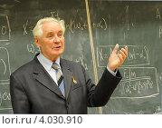 Профессор Владимир Марченко читает лекцию студентам МИИТа (2012 год). Редакционное фото, фотограф Юрий Пирогов / Фотобанк Лори