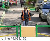 Купить «Дворник-гастарбайтер подметает дорогу, Новокосинская улица, район Новокосино, Москва», эксклюзивное фото № 4031170, снято 5 мая 2012 г. (c) lana1501 / Фотобанк Лори