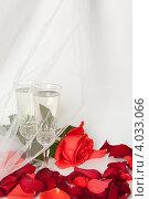 Купить «Два бокала с шампанским на фоне лепестков роз и фаты», фото № 4033066, снято 19 ноября 2012 г. (c) Екатерина Панфилова / Фотобанк Лори