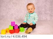 Малыш играет в кубики. Стоковое фото, фотограф Ирина Уйбапу / Фотобанк Лори