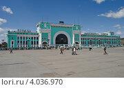 Купить «Новосибирск. Здание вокзала Новосибирск Главный, площадь перед вокзалом», фото № 4036970, снято 5 июня 2009 г. (c) Nikitin / Фотобанк Лори
