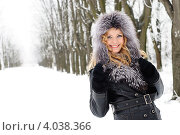 Купить «Счастливая девушка в теплой одежде гуляет по зимнему парке», фото № 4038366, снято 1 февраля 2011 г. (c) Оксана Ковач / Фотобанк Лори