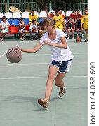Купить «Юная баскетболистка (соревнования среди школьников по уличному баскетболу)», фото № 4038690, снято 15 июня 2010 г. (c) Наталья Горкина / Фотобанк Лори