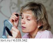 Купить «Ухоженная женщина средних лет закрыв глаза красит ресницы тушью», эксклюзивное фото № 4039342, снято 20 сентября 2012 г. (c) Игорь Низов / Фотобанк Лори