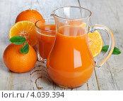 Купить «Апельсины и апельсиновый сок в графине на деревянном столе», фото № 4039394, снято 14 февраля 2012 г. (c) Tatjana Baibakova / Фотобанк Лори