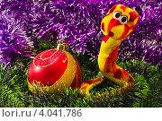 Игрушечная змея возле елочного шарика. Стоковое фото, фотограф Владимир Никифоров / Фотобанк Лори