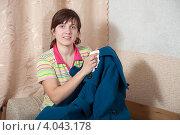 Купить «Женщина чистит пальто», фото № 4043178, снято 18 февраля 2012 г. (c) Яков Филимонов / Фотобанк Лори