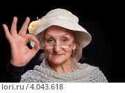 Купить «Улыбающаяся пожилая женщина в шляпе показывает - все ok!», фото № 4043618, снято 17 ноября 2012 г. (c) Олег Шеломенцев / Фотобанк Лори