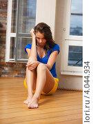 Купить «Грустная девушка сидит дома на полу», фото № 4044934, снято 21 июля 2012 г. (c) Syda Productions / Фотобанк Лори
