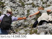 Парень подаёт руку девушке (2012 год). Редакционное фото, фотограф Василий Шульга / Фотобанк Лори