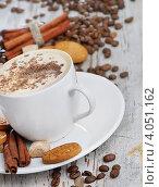 Чашка кофе в белой чашке на деревянном столе среди рассыпанных кофейных зерен. Стоковое фото, фотограф Tatjana Baibakova / Фотобанк Лори