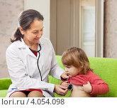 Купить «Педиатр осматривает больного ребенка на дому при помощи фонендоскопа», фото № 4054098, снято 24 ноября 2012 г. (c) Яков Филимонов / Фотобанк Лори
