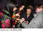 """Группа """"Пропаганда"""" дает автографы поклонникам (2010 год). Редакционное фото, фотограф Юлия Ротанина / Фотобанк Лори"""