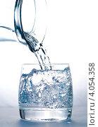 Купить «Вода, льющаяся из графина в стеклянный стакан», фото № 4054358, снято 1 сентября 2010 г. (c) Оксана Ковач / Фотобанк Лори