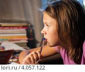 Купить «Девочка делая уроки внимательно смотрит в книгу», эксклюзивное фото № 4057122, снято 20 сентября 2012 г. (c) Игорь Низов / Фотобанк Лори