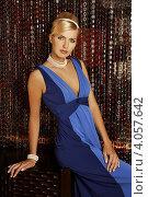 Девушка в синем платье с жемчугом на декоративном фоне. Стоковое фото, фотограф Наталья Фролова / Фотобанк Лори