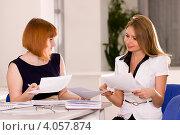 Девушка в офисе консультирует клиента. Стоковое фото, фотограф Tanya Ischenko / Фотобанк Лори