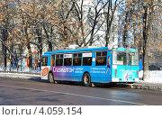 Купить «Реклама лекарств на троллейбусе», эксклюзивное фото № 4059154, снято 29 октября 2012 г. (c) Голованов Сергей / Фотобанк Лори