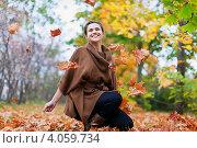 Купить «Счастливая женщина подбрасывает осенние листья в парке», фото № 4059734, снято 22 сентября 2012 г. (c) Яков Филимонов / Фотобанк Лори