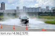 Автомобиль FORD во время тест-драйва преодолевает участок трассы залитый водой (2012 год). Редакционное фото, фотограф Полина Пчелова / Фотобанк Лори