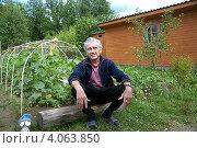 Купить «Пожилой улыбающийся мужчина на огороде», фото № 4063850, снято 21 мая 2018 г. (c) Юлия Кузнецова / Фотобанк Лори