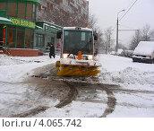Купить «Снегоуборочная техника на московской улице», эксклюзивное фото № 4065742, снято 29 ноября 2012 г. (c) lana1501 / Фотобанк Лори